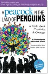นกยูงตัวหนึ่งในดินแดนของนกเพนกวิน