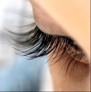 """แพทย์เตือนแฟชั่นฮิตใส่ """"ขนตาปลอม"""" เสริมเสน่ห์ใบหน้า เสี่ยงตาบอด หากตาดำอักเสบ"""