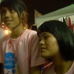 ภาพสองสาวตั้งใจชมคอนเสิร์ต