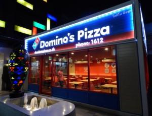 ภาพ แฟรนไชส์ร้านโดมิโนส์ พิซซ่า ซึ่งใช้สีน้ำเงินกับแดง เป็นสัญลักษณ์