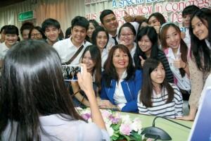 ภาพพันโทหญิง ลัดดา แทมมี ดักเวิร์ธ กับน้องๆนิสิต นักศึกษาไทย
