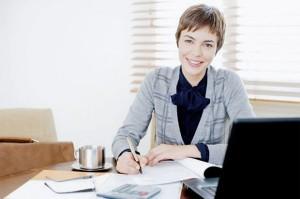 ภาพผู้หญิงวัยทำงานที่มีความมั่นใจในตัวเอง
