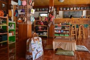 """ภาพร้านกาแฟและจำหน่ายของที่ระลึก """"สถานีแม่ฮ่องสอน"""""""