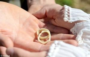 ภาพแหวนแต่งงานที่ทำจากเขากวาง ซึ่งเจอโดยบัญเอิญจากหลังบ้าน