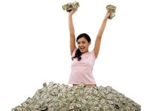 ภาพผู้หญิงชูเงินด้วยความสุข