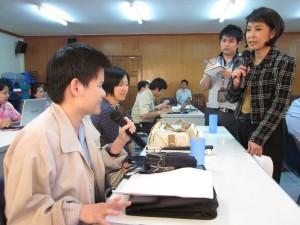 ภาพคุณสายสวรรค์ ขยันยิ่งผู้ก่อตั้งเว็บไซต์ www.saisawankhayanying.com จัดประชุมรับฟังความเห็นของคนตาบอดที่สมาคมคนตาบอดฯ วันที่ 10 พ.ย.53
